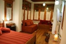 Δίκλινο Δωμάτιο με διπλό καναπέ και τζάκι
